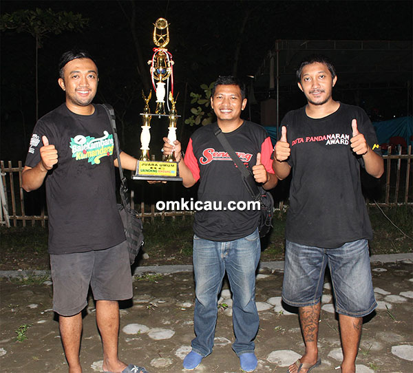 Om Noor RS (kiri) menerima trofi juara umum BC dari Om Erwin (tengah), ketua Sendang BC.