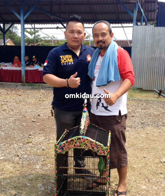 Om Aziz MP (kanan), pemilik cucak ijo Super Croot