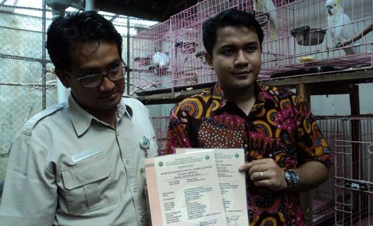 Foto Om Suryo dan petugas BKSDA