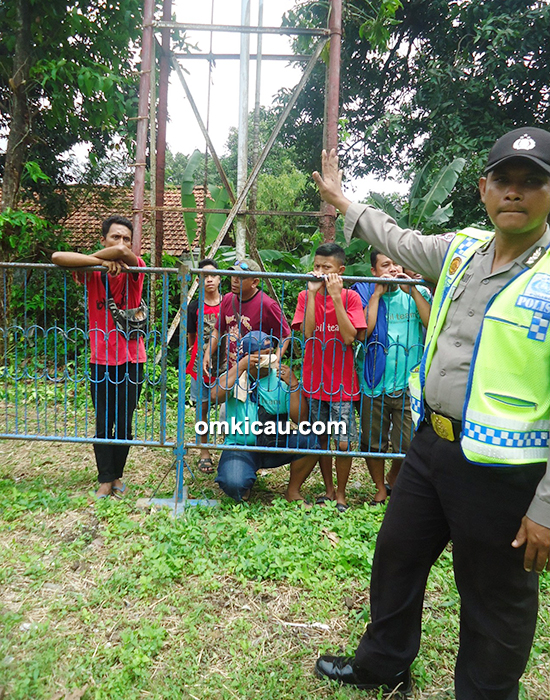 Pak Polisi bantu pengamanan lomba