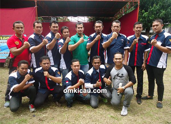 Om Yek Umar (kaos hijau) bersama tim juri Radjawali Indonesia