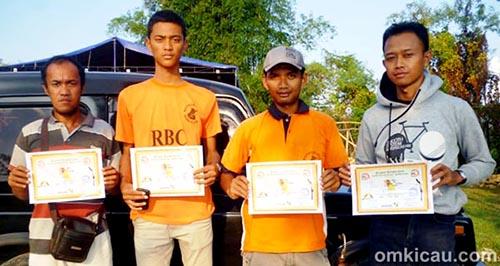 Om Puguh (kedua dari kanan) bersama teman teman RBC