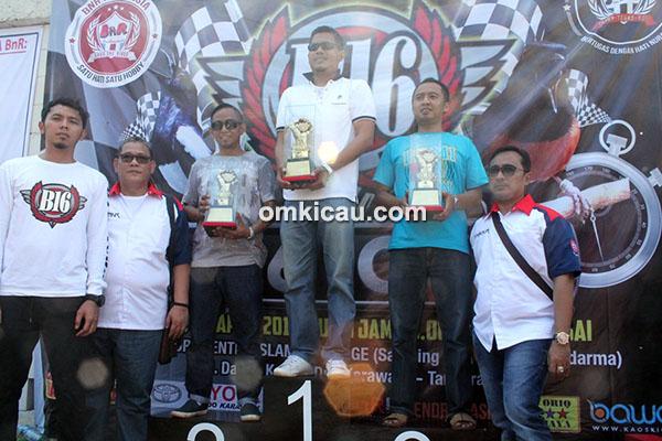 Om Bonni (tengah), juara 1 Kelas MB Ring BnR-36