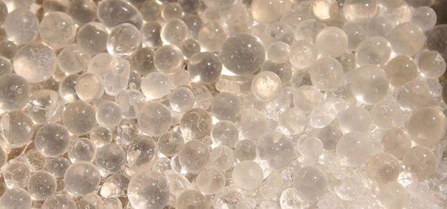 Butiran silika gel yang berwara bening