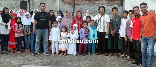 Panitia New Bravo bersama anak yatim
