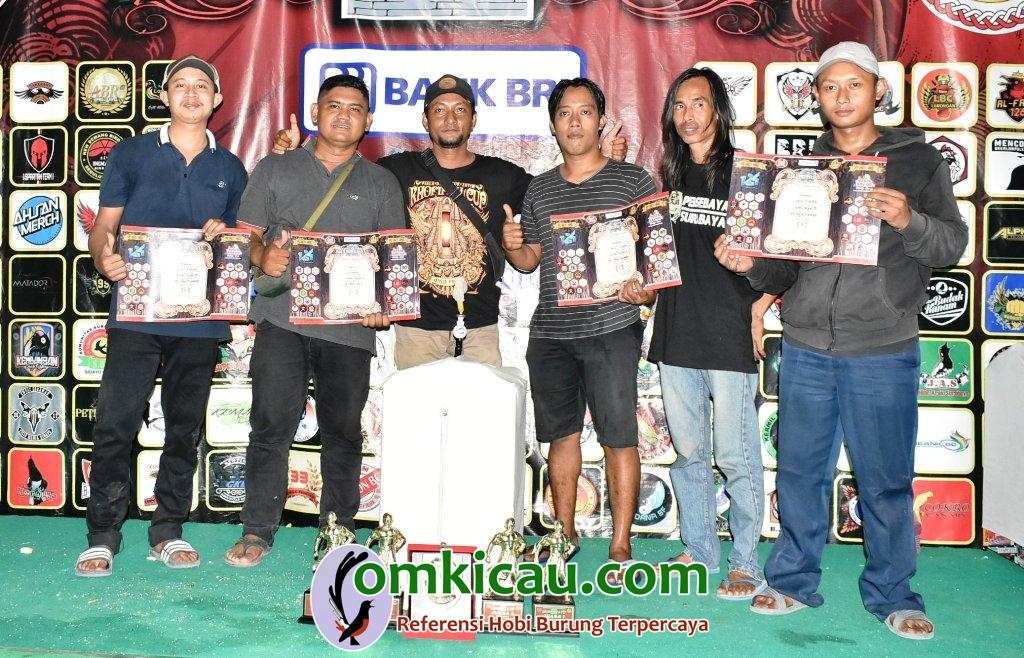 om Aldo Natalie (dua dari kiri) puas dengan penampilan cucak hijau Simon yang stabil di jalur prestasi