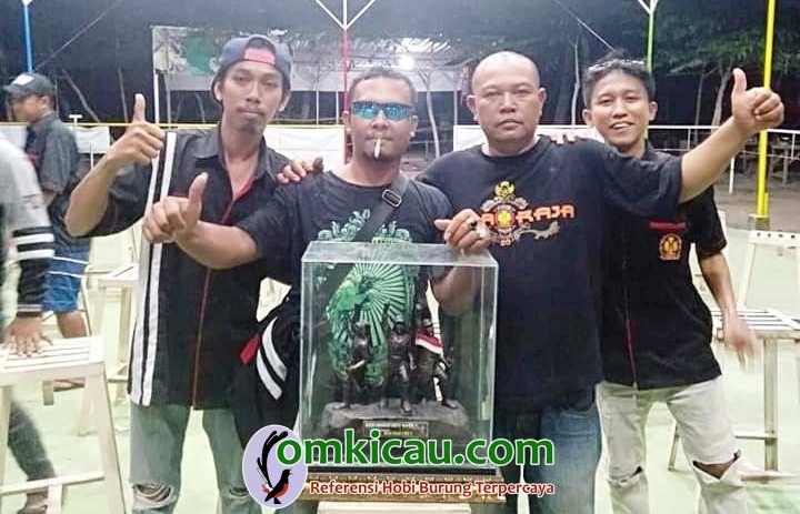 om Rohman bersama MMS menerima tropi juara umum BC Wong Watu SF