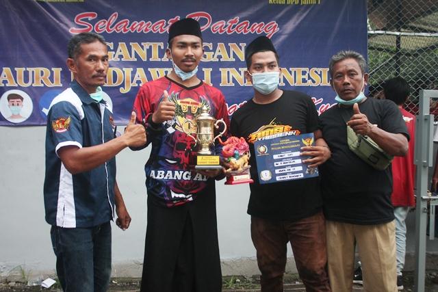 Zaenal RI (kiri) serahkan trophy cendet terbaik
