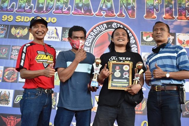 om Angki (kedua dari kanan salah satu tim sukses Tledekan Fiesta